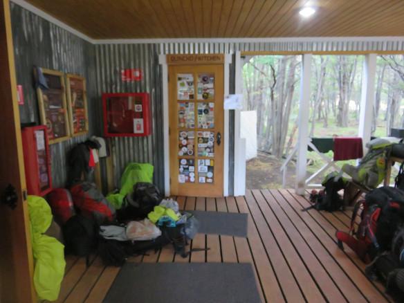 Regenschutz unter dem Vordach des Camp Grey