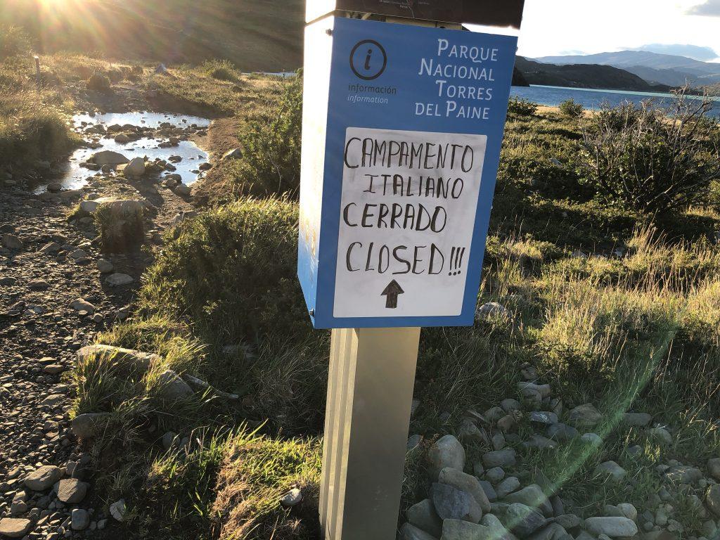 Schild mit dem Hinweis, dass Campamento Italiano geschlossen ist.