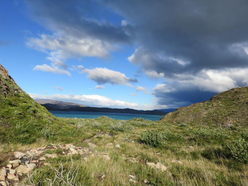 Panorama des Pehoé See im Torres del Paine Nationalpark - die Anlegestelle bei Paine Grande am zweiten Tag des W-Trek