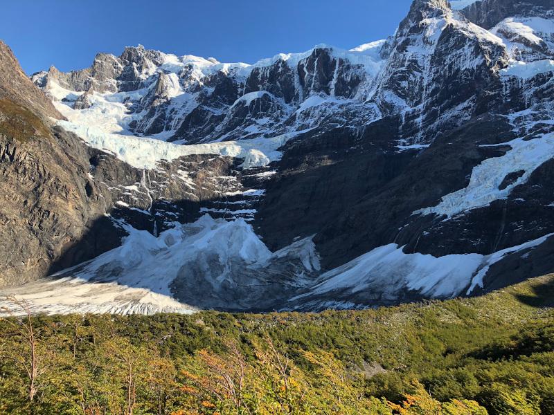 Ausblick auf die verschneiten und vergletscherten Berge vom Mirador Frances im Torres del Paine Nationalpark