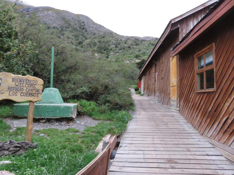 Der Eingangsbereich zum Refugio und Campingplatz Los Cuernos im Torres del Paine Nationalpark.