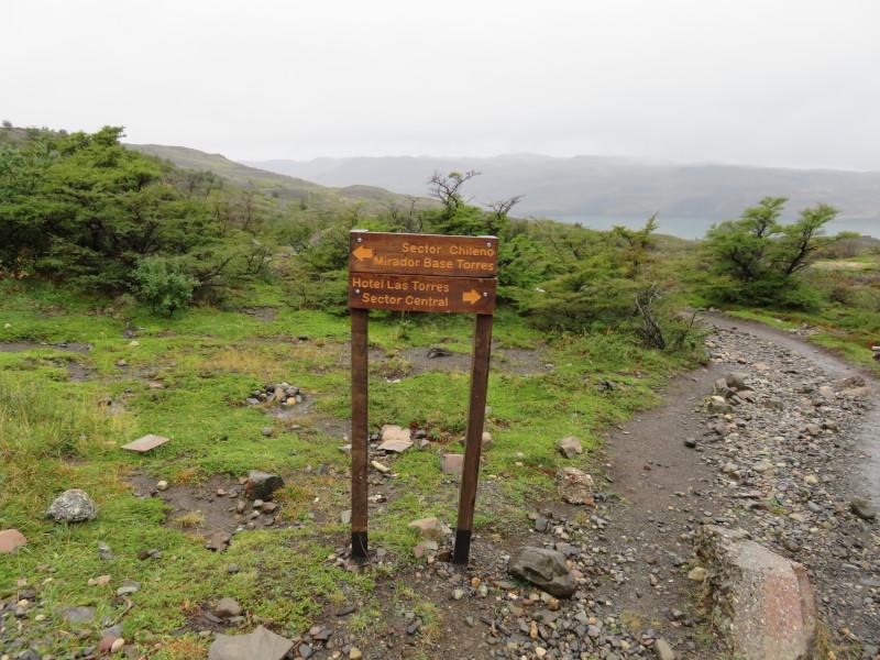 Wegweiser im Torres del Paine Nationalpark, welcher links nach Chileno weist und rechts in Richtung Las Torres.
